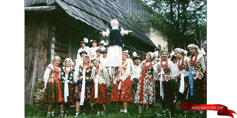 Marzanna with village Polish people