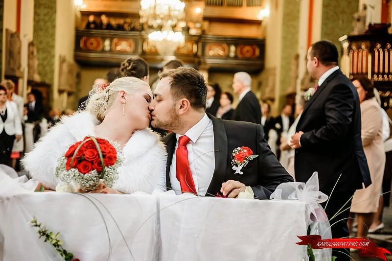 Karolina&Patryk at the church during wedding