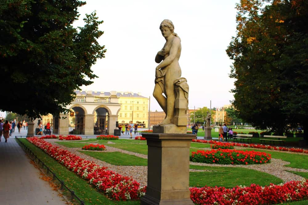 statue-in-park-warsaw