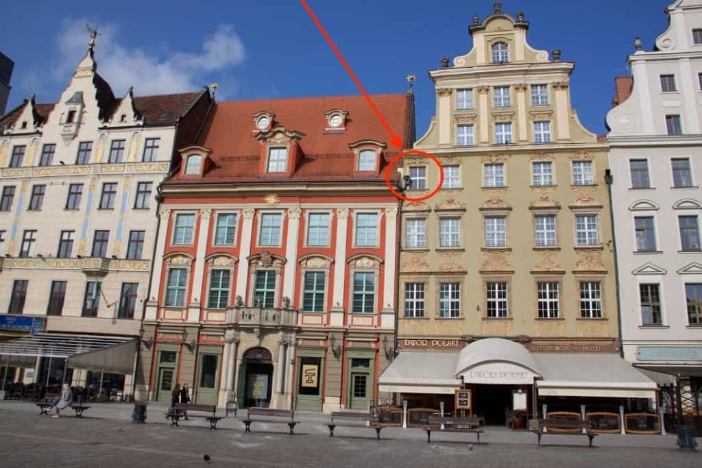 wroclaw rynek 5 painted hidden window